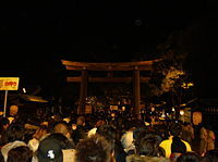 200px-Meiji_Shrine_Sando_and_Torii_New_Year_Worship.jpeg